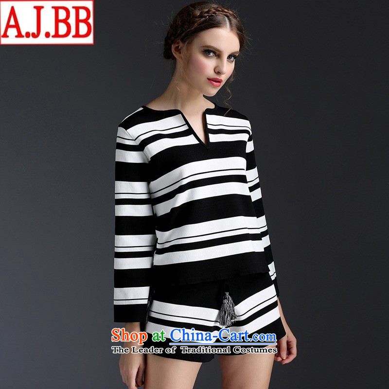 The Black Butterfly European sites by 2015 Autumn new classic black and white streaks V-Neck edging horn cuff Knitted Shirt + knitting shorts picture color燤